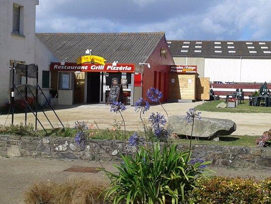 Plougrescant, Франция: Le resto, son parking et sa terrasse herbeuse