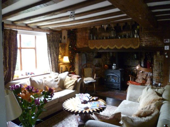 Sudbury, UK: Lounge area with beautiful huge fireplace