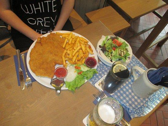 Freilassing, Germania: Schnitzelmit Pommes und Salat