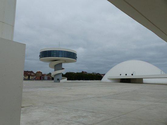 Centro Niemeyer: Nous sommes à côté du port l'architecte a conçu un restaurant en haut de la tour.