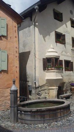 Hotel Piz Buin: Brunnen in Guarda