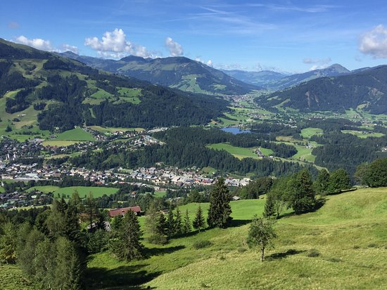Hotel Edelweiss: Scenic view of area - Kitzbuhel in fore-mid part & Schwarzsee in distance