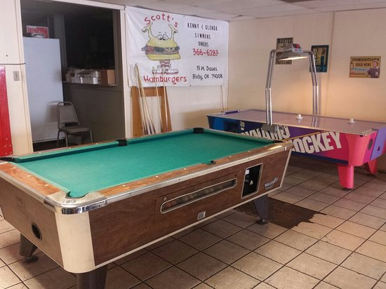 Bixby, OK: Pool and air hockey tables