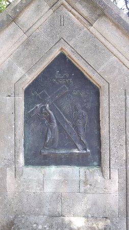 """Filerimos, Yunanistan: Камень (стела) """"Последний путь Иисуса"""", их несколько вдоль аллеи"""