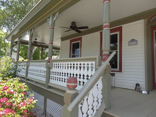 Scotch Hill Inn: Front porch redone spring 2016