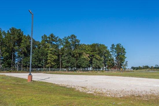 Midway, Floryda: Trucks & R.V Lime Rock Parking Area