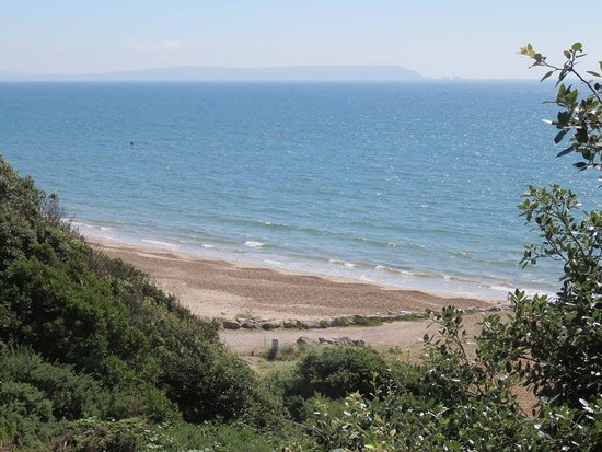Highcliffe, UK: View from the cliff, walking down to the beach.