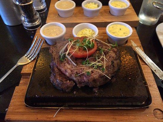 Dalkey, Irlanda: Rib eye 10oz on stone. One of the best  steak i ever had