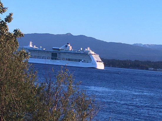 Tsa-Kwa-Luten Lodge: Cruise ships to Alaska passing by the house