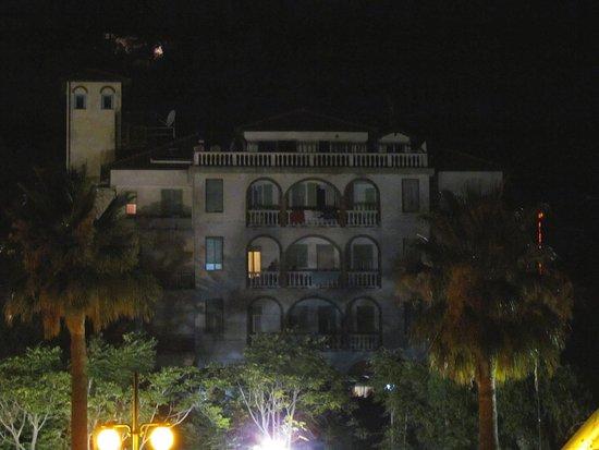 Hotel Trieste: Vista notturna dell'esterno dalla spiaggia