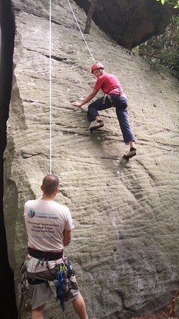 Bruceton Mills, เวสต์เวอร์จิเนีย: Josh instructing and securing Caleb on Caleb's first climb.