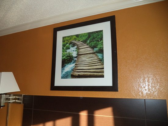 King City, Califórnia: Framed print was suplicatd in same room. Why?