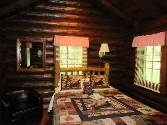 White Pines Inn: Nicely decorated with a log cabin feel