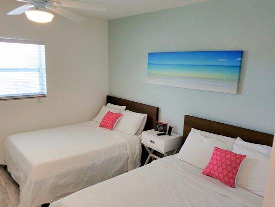St Pete Beach Suites: 1 Bedroom suite - 2 double beds (Renovated Room 111)