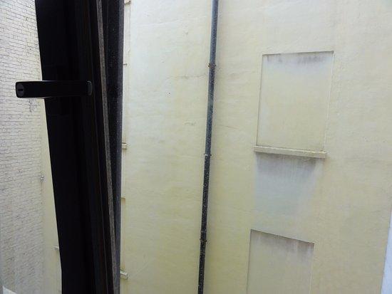 Upstairs Hotel : Chambre entourée de hauts murs, ne donnant aucune vue!