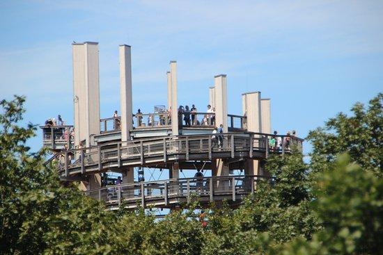 Der Aussichtsturm ist 40 m hoch. Die Plattform befindet sich in 35 m Höhe