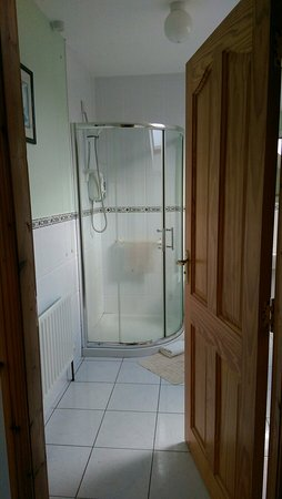Quigley's Point, Ierland: Massive room with massive ensuite bathroom! Very happy!