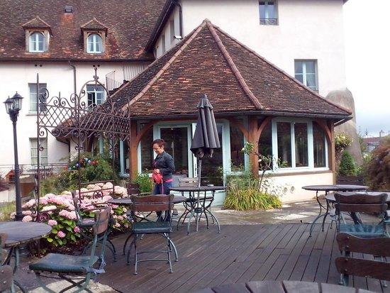 Saulieu, Francja: Vue de coté jardin, avec la véranda et la terrasse où on prend les repas.