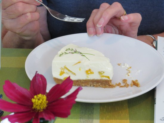 Kenmare, Irland: Peach and lime cheesecake, available from the coffee shop