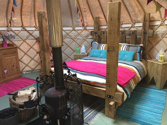 Dolanog, UK: The bed is wow in each yurt!