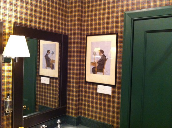 Heiton, UK: A corner in the Gents loo showing typical, of the hotel, tartan wall furnishings & 'clubby' prin