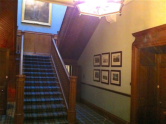 Heiton, UK: The stairs to the upper floors of the hotel from the reception hall.