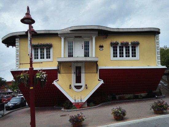 La casa al contrario al centro del paese e le cascate - Casa al contrario ...