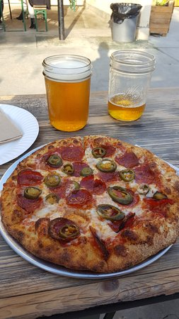 Fullerton, Kaliforniya: Beer and Pizza, Can't beat it.