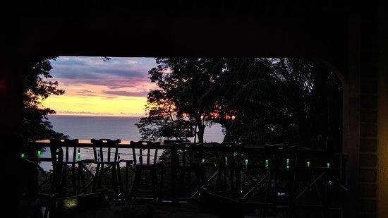 Mango Moon Villa: bar at sunset