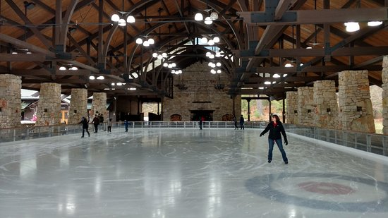 Mohonk Mountain House: Beautiful ice skating pavilion in the winter with huge fireplace.