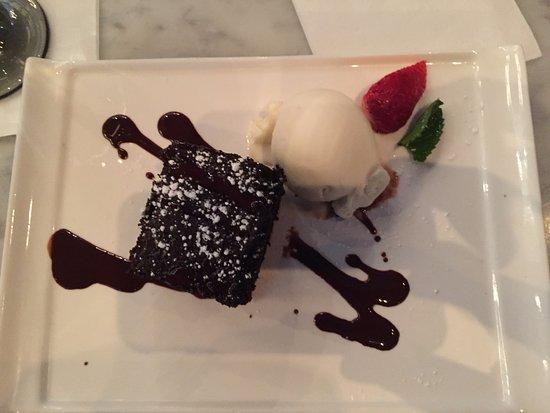 Sugar Land, Teksas: Chocolate cake with vanilla ice cream