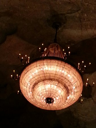 McMinnville, เทนเนสซี: Amazing flow formations and the Volcano room with this over the top chandelier blows your mind