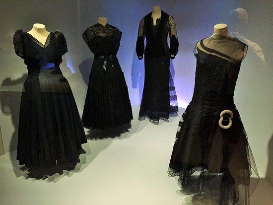 Museo Cristóbal Balenciaga: Descriptions and AV aid the appreciation