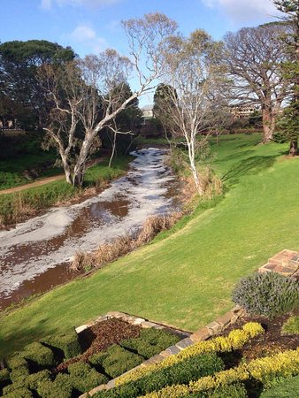 Strathalbyn, Australien: view of the Angus River that runs past the property, in full flow in July