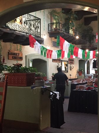 El Torito Restaurant: Wonderful service! Nice atmosphere! The food was great Mexican food delivered with a nice presen
