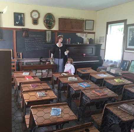 Brainerd, MN: Inside one room school