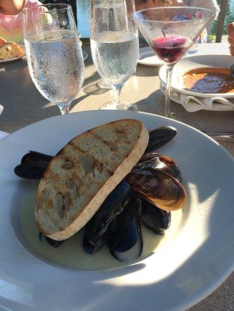 Leland, MI: Top restaurant in super Lage. Auf jeden Fall draussen sitzen. Netter Service. Weinkarte gut und