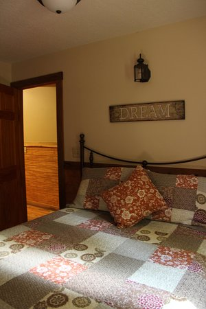 Old Man's Cave Chalets: Pretty beds, comfy, and nicely decorated room.