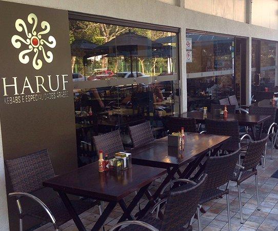 Haruf - Kebabs e Especialidades Arabes: Há ambiente interno e externo para as refeições