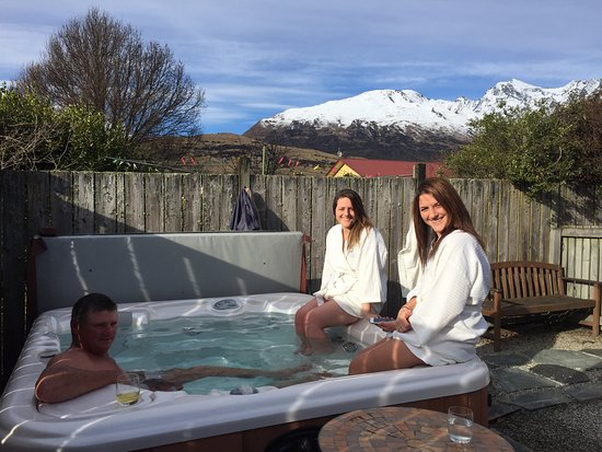 Glenorchy, Nouvelle-Zélande : enjoying the hot tub, the robes and the snow capped mountains