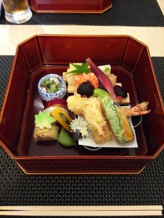 Japanese Restaurant Hotori: お昼の縁高です 大胆な取り合わせの盛り付けですが、有かと思います