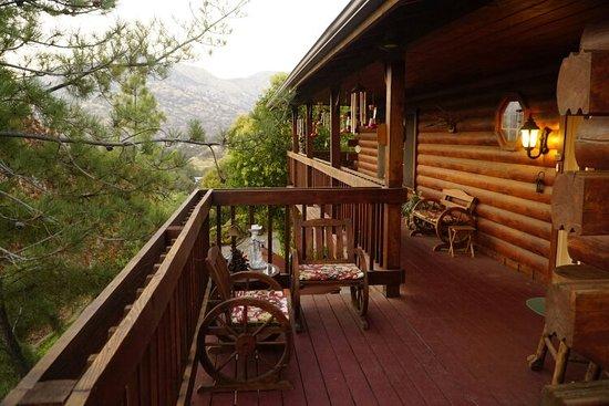 The Log House Lodge: Schöne Lage am Berg, gemütliche Zimmer