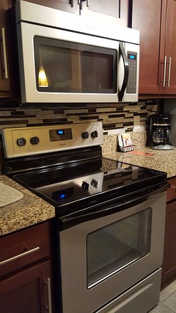 Holiday Inn Club Vacations Las Vegas - Desert Club Resort: Large microwave and clean stove for your cooking needs.
