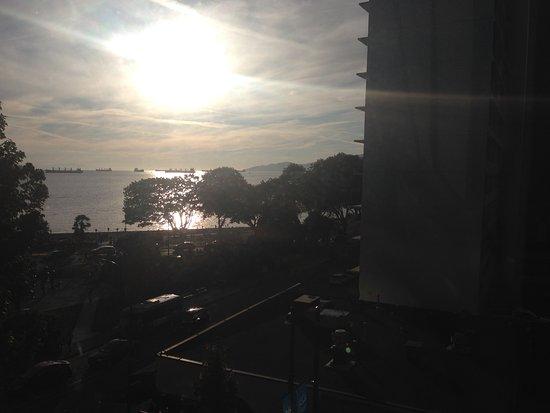 English Bay Hotel: 窓からはイングリシュベイも臨めます。
