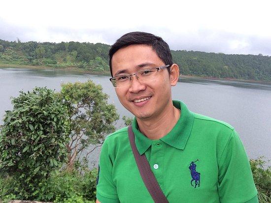 Pleiku, Vietnam: Biển Hồ gió lộng vi vu Thuốc thơm kéo nhẹ lại bù tiết đông Nhìn quanh khung cảnh nhẹ lòng Thả