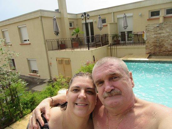 Lunel, France: piscine et chambre derrière