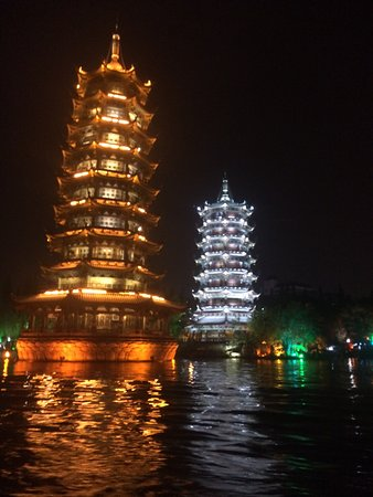 Guilin Two Rivers and Four Lakes Resort: Two towers- big photo opportunity spot