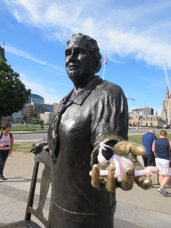 Оттава, Канада: Famous Five Monument and traveling toy Coppelia