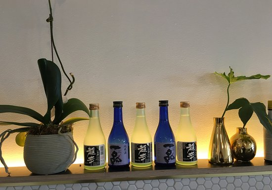 Ringwood, Australia: Minimalist design but lovely touches like the sake bottles backlit at the bar. Very inviting spa