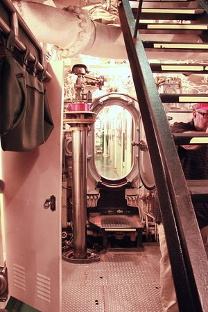 Manitowoc, Висконсин: Down inside the sub. Be prepared to squeeze through several hatches like this!